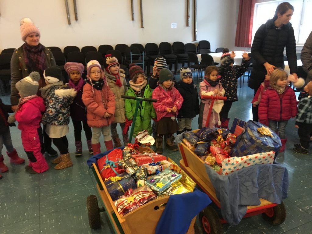 Kindergarten Arche Noah übergibt Weihnachtspäckchen an Flüchtlingskinder in Bruckmühl