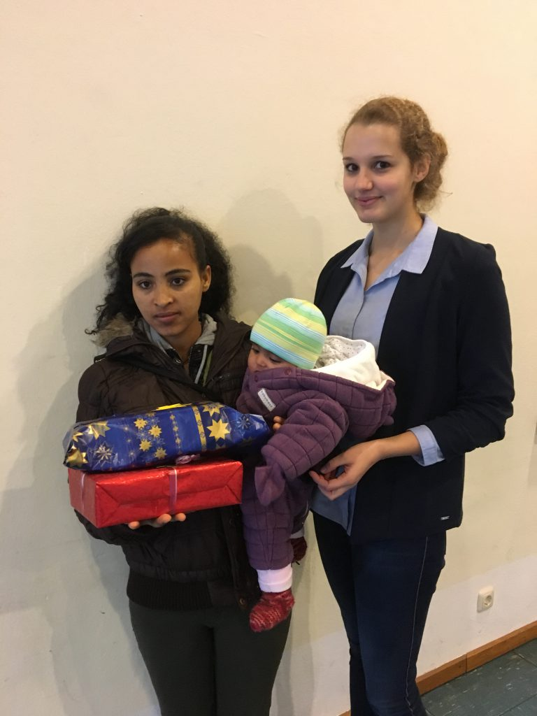 Theresa Brunnlechner, Bufdi der Gemeinde Bruckmühl für die Asylhilfe, bei der Geschenkeübergabe an Freweyni Kesete und ihre Tochter Gelila
